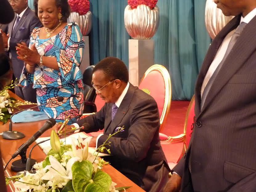 President Denis Sassou Nguesso of the Republic of the Congo, Mediator of Central African Republic (CAR) National Reconciliation Forum in Brazzaville, signs the Agreement on the Cessation of Hostilities, in the presence of the Transitional President of CAR, Catherine Samba-Panza